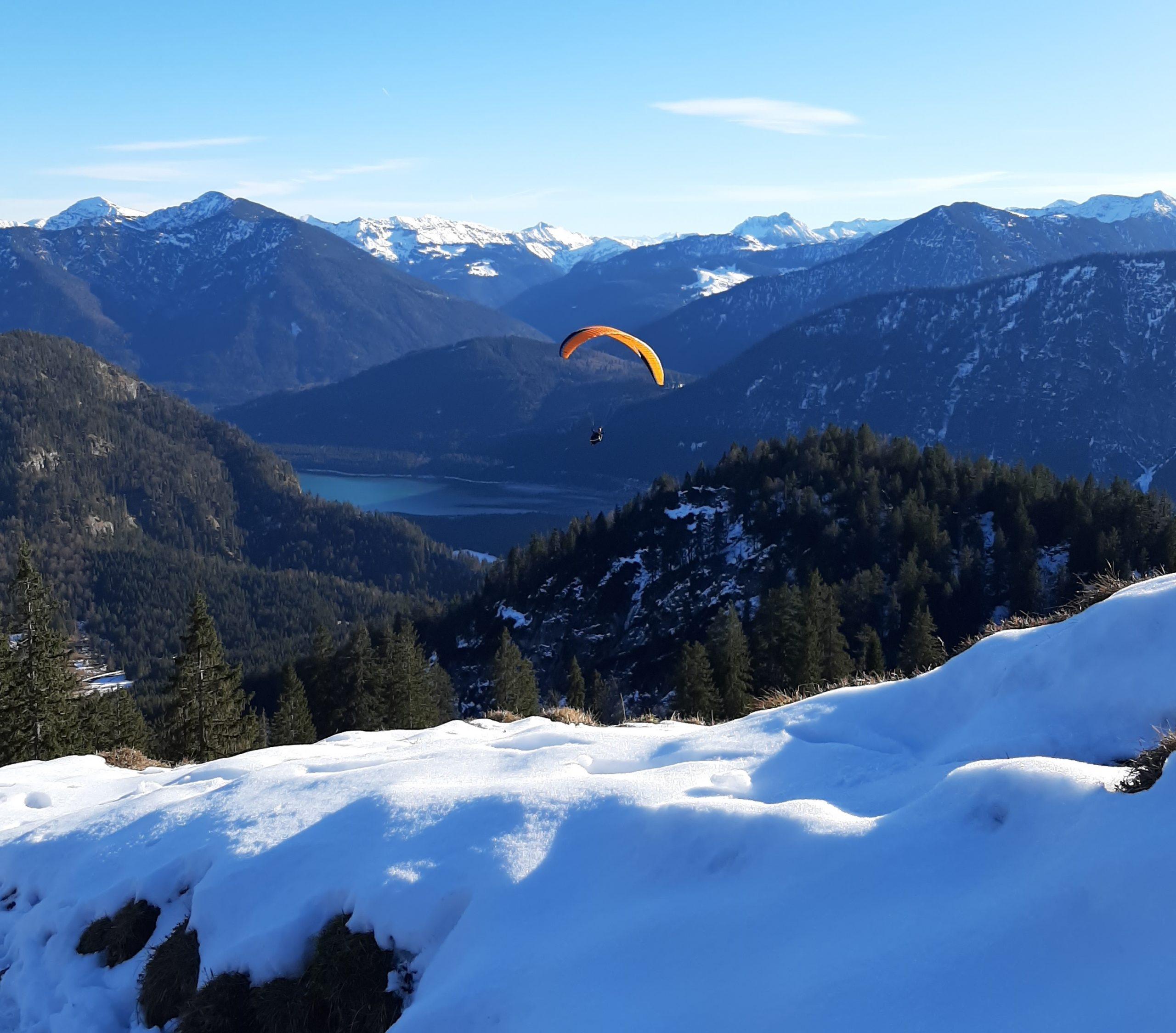 Fallschirm im Schnee